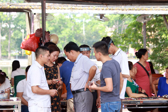 Cận cảnh những viên đá quý long lanh bày bán ở chợ đá quý Lục Yên, Yên Bái - Ảnh 5.