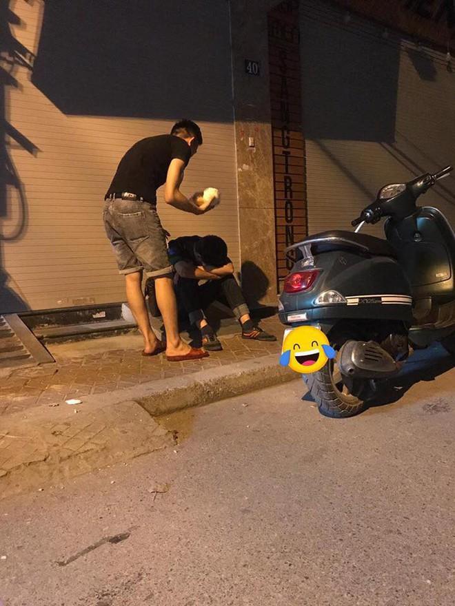 3 giờ sáng, hành động của hai thanh niên trên phố khiến nhiều người chú ý - Ảnh 2.