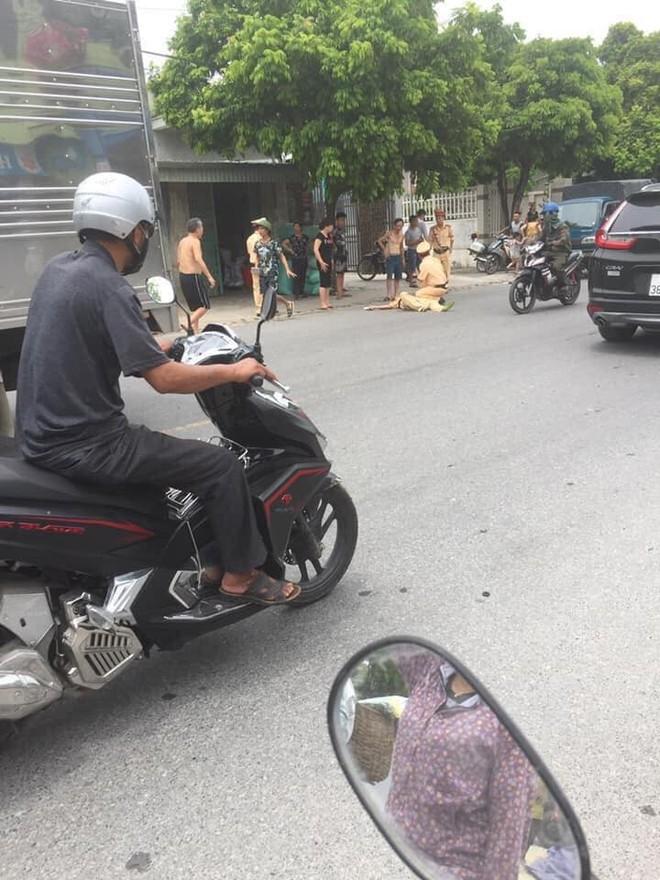 Khống chế nam thanh niên đi xe máy tốc độ cao hất văng CSGT lên không trung - Ảnh 1.