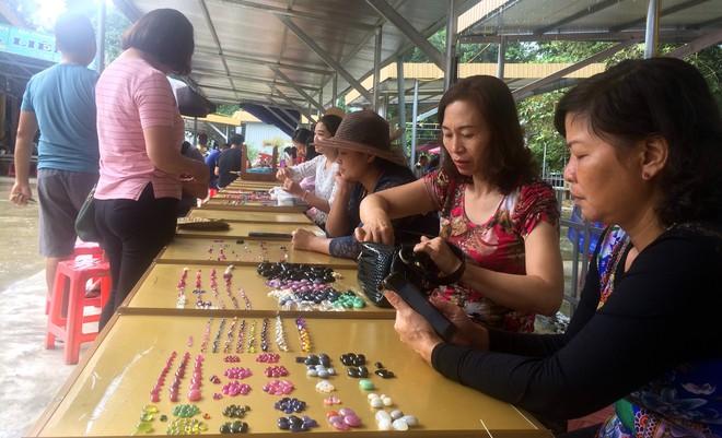 Cận cảnh những viên đá quý long lanh bày bán ở chợ đá quý Lục Yên, Yên Bái - Ảnh 2.