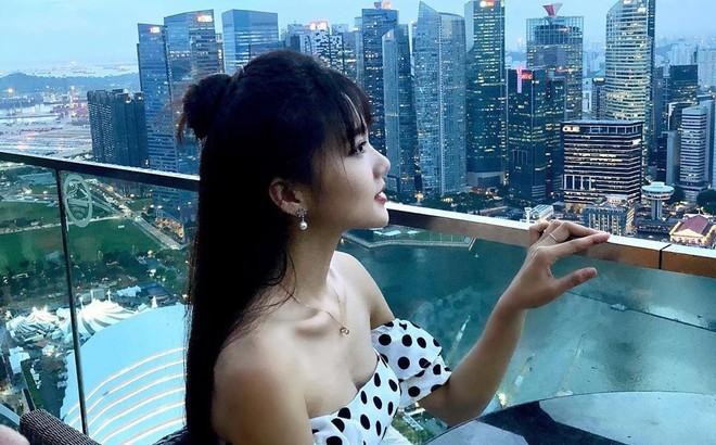 """Ngọc Nữ đẹp xuất thần khi sang Singapore """"thăm nuôi"""" bạn trai tin đồn Phan Văn Đức"""