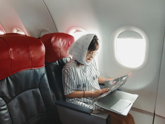Hot girl đúng là hot girl, có mỗi cái cửa sổ máy bay mà cũng tạo dáng chụp được ảnh đẹp hết nấc - Ảnh 4.