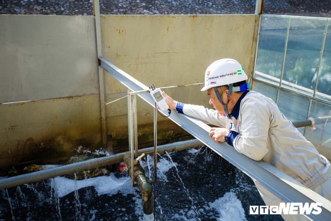 Ảnh: Cận cảnh đáy sông Tô Lịch sau 3 tuần thí điểm công nghệ Nhật Bản phân hủy bùn hữu cơ - Ảnh 8.