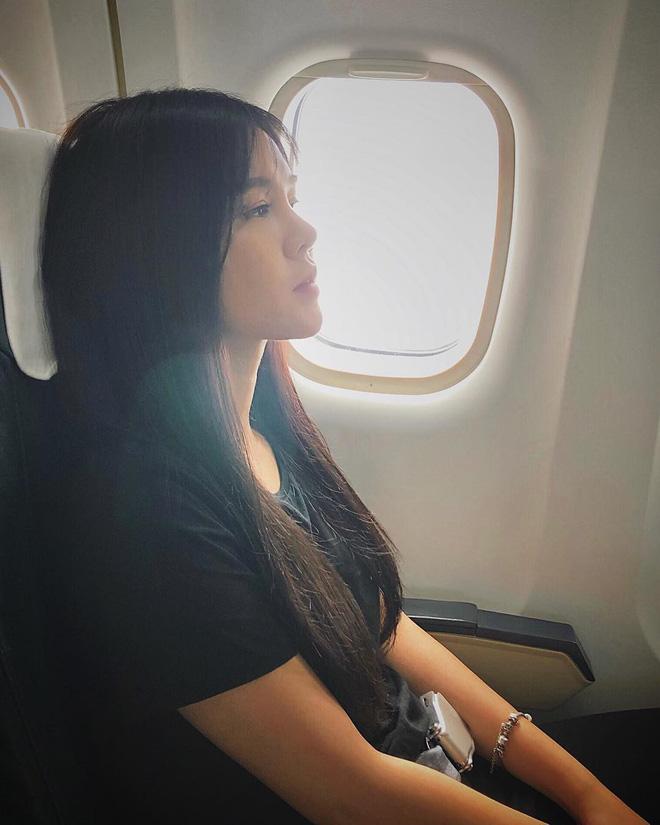 Hot girl đúng là hot girl, có mỗi cái cửa sổ máy bay mà cũng tạo dáng chụp được ảnh đẹp hết nấc - Ảnh 8.