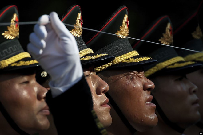 24h qua ảnh: Tiêu binh Trung Quốc căng dây chỉnh đốn hàng ngũ - Ảnh 2.