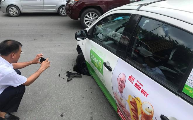 Taxi sụt bánh giữa đường, tài xế và khách thi nhau chụp hình, dân mạng tranh cãi nguyên nhân