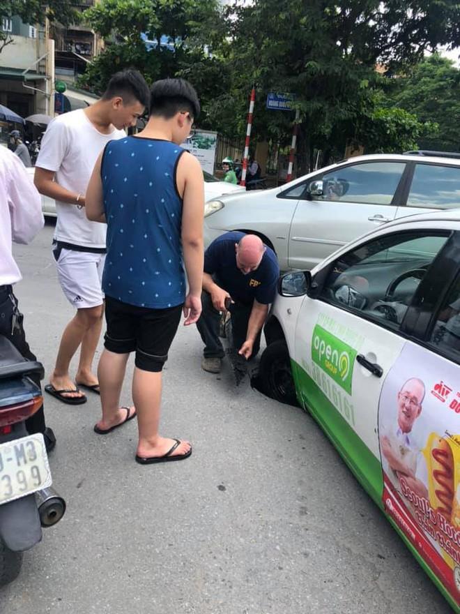 Taxi sụt bánh giữa đường, tài xế và khách thi nhau chụp hình, dân mạng tranh cãi nguyên nhân - Ảnh 3.
