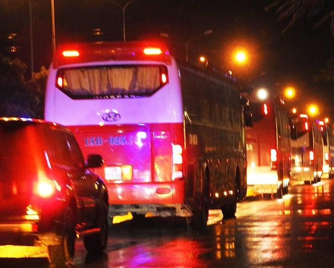 Cận cảnh quá trình dẫn độ gần 400 nghi phạm Trung Quốc về nước lúc 3h sáng - Ảnh 1.