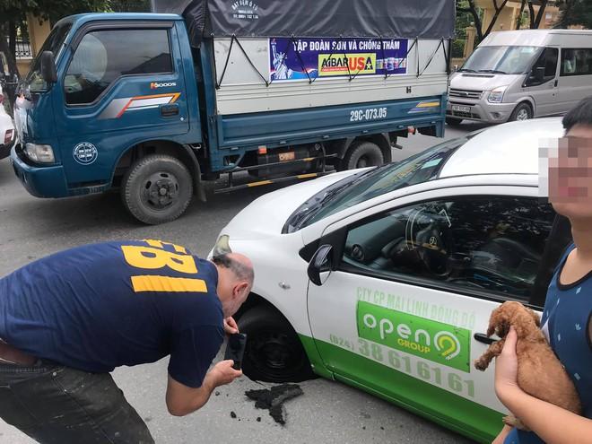 Taxi sụt bánh giữa đường, tài xế và khách thi nhau chụp hình, dân mạng tranh cãi nguyên nhân - Ảnh 2.