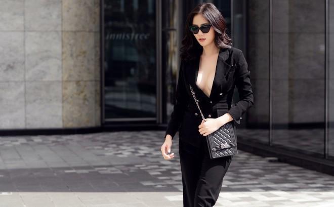 Á hậu Hoàng Hạnh sexy dạo phố