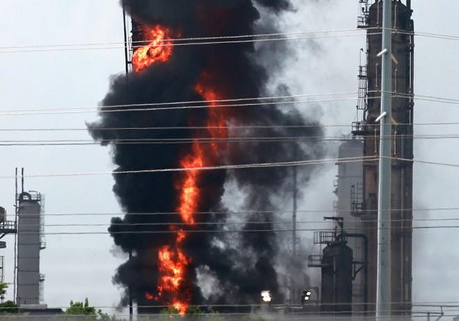 Lửa cháy ngùn ngụt tại nhà máy lọc dầu ở Mỹ - Ảnh 2.