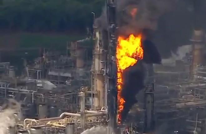 Lửa cháy ngùn ngụt tại nhà máy lọc dầu ở Mỹ - Ảnh 3.