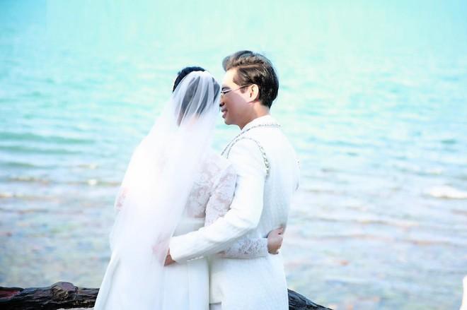 Ông hoàng nhạc sến Ngọc Sơn bất ngờ tung ảnh cưới, úp mở chuyện lấy vợ ở tuổi U50 - Ảnh 1.