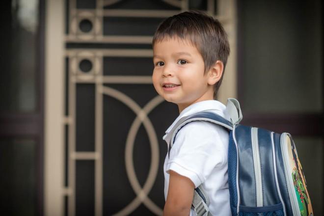 Chuyên gia tâm lý gợi ý bố mẹ 8 việc cần làm để con bắt đầu đi học lớp 1 vui vẻ, hào hứng - Ảnh 1.
