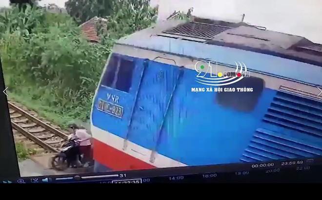 Clip: Khoảnh khắc người phụ nữ băng qua đường sắt bị tàu hỏa đâm tử vong