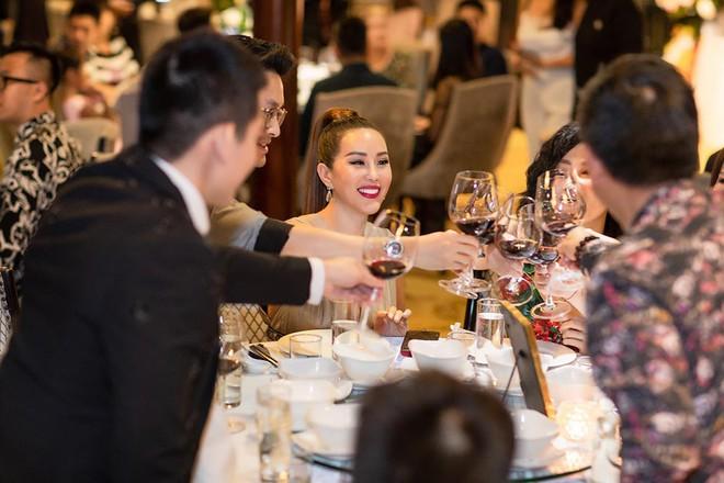 Hoa hậu Thu Hoài diện đầm tiền tỷ gợi cảm dự sinh nhật ca sĩ Quang Dũng - Ảnh 6.