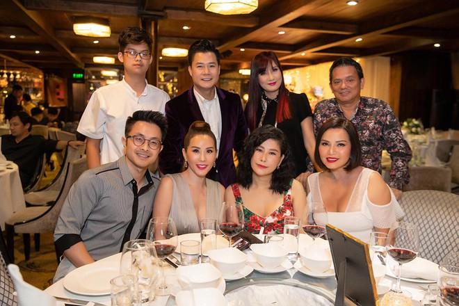 Hoa hậu Thu Hoài diện đầm tiền tỷ gợi cảm dự sinh nhật ca sĩ Quang Dũng - Ảnh 5.