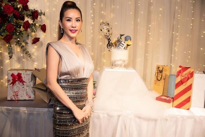Hoa hậu Thu Hoài diện đầm tiền tỷ gợi cảm dự sinh nhật ca sĩ Quang Dũng - Ảnh 2.