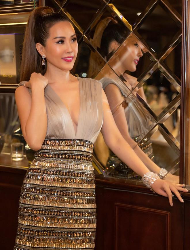 Hoa hậu Thu Hoài diện đầm tiền tỷ gợi cảm dự sinh nhật ca sĩ Quang Dũng - Ảnh 3.