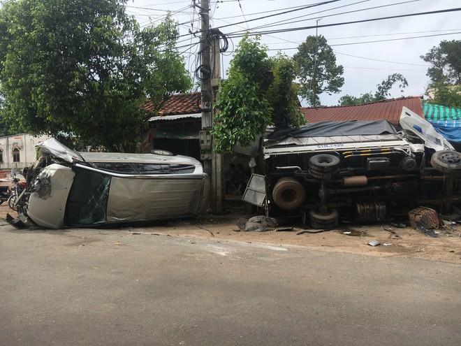 Xe 7 chỗ tông đầu xe tải rồi lật ngang , 5 người đàn ông gào thét kêu cứu - Ảnh 1.