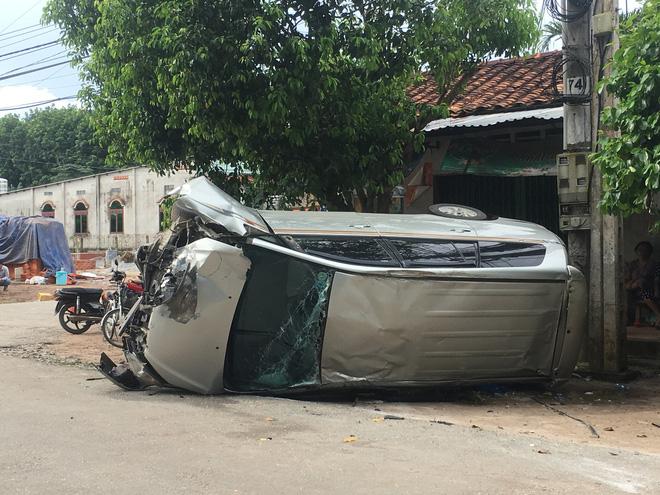 Xe 7 chỗ tông đầu xe tải rồi lật ngang , 5 người đàn ông gào thét kêu cứu - Ảnh 2.
