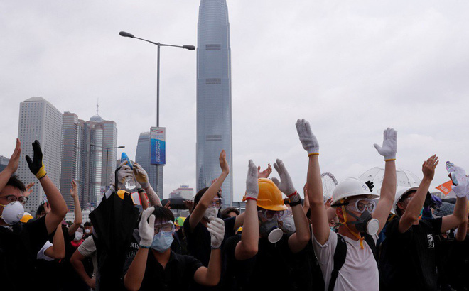 """""""Sóng thần"""" kinh tế sắp đánh vào Hong Kong?"""