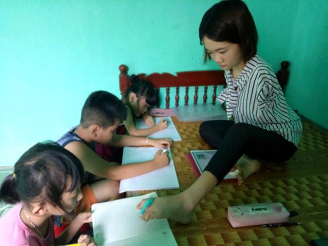 Cô sinh viên không có 2 tay mở lớp dạy tiếng Anh miễn phí cho trẻ em - Ảnh 1.