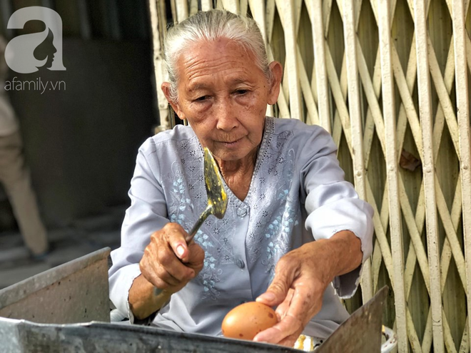 Gặp bà Hai bán bánh mì nói tiếng Anh ở trung tâm Sài Gòn: 75 tuổi mà vẫn khỏe re, lúc nào cũng lo khách không no cái bụng - Ảnh 1.