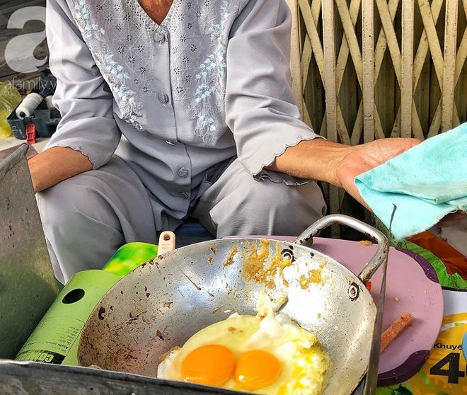 Gặp bà Hai bán bánh mì nói tiếng Anh ở trung tâm Sài Gòn: 75 tuổi mà vẫn khỏe re, lúc nào cũng lo khách không no cái bụng - Ảnh 2.