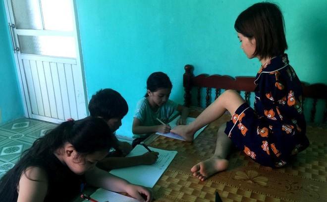 Cô sinh viên không có 2 tay mở lớp dạy tiếng Anh miễn phí cho trẻ em