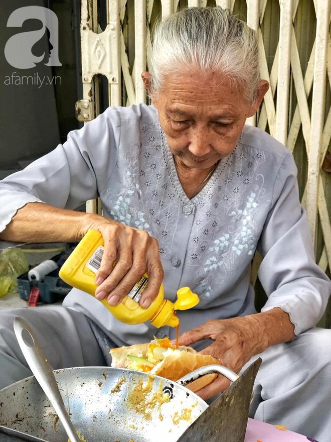 Gặp bà Hai bán bánh mì nói tiếng Anh ở trung tâm Sài Gòn: 75 tuổi mà vẫn khỏe re, lúc nào cũng lo khách không no cái bụng - Ảnh 4.