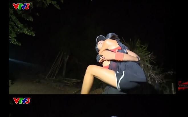 Cuộc đua kỳ thú: Hết khóc lóc, cãi nhau ầm ĩ, Minh Triệu - Kỳ Duyên lại ôm ấp nhau khiến ai cũng ngượng thay