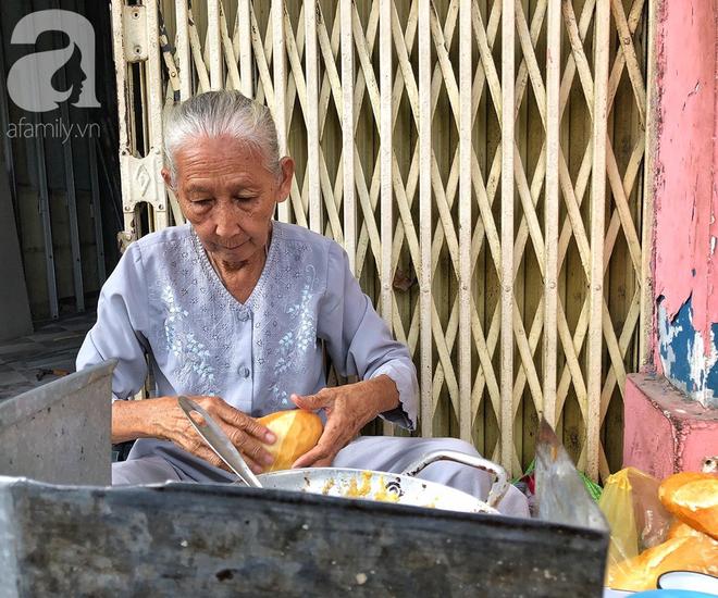 Gặp bà Hai bán bánh mì nói tiếng Anh ở trung tâm Sài Gòn: 75 tuổi mà vẫn khỏe re, lúc nào cũng lo khách không no cái bụng - Ảnh 5.