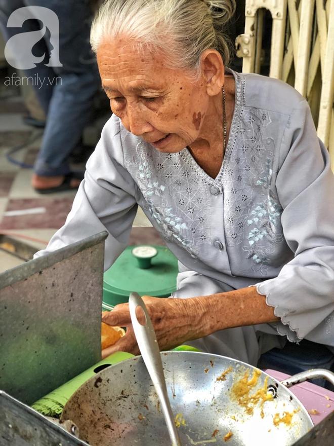 Gặp bà Hai bán bánh mì nói tiếng Anh ở trung tâm Sài Gòn: 75 tuổi mà vẫn khỏe re, lúc nào cũng lo khách không no cái bụng - Ảnh 6.