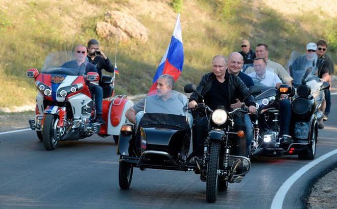 24h qua ảnh: Tổng thống Putin điều khiển mô tô diễu hành ở Crimea