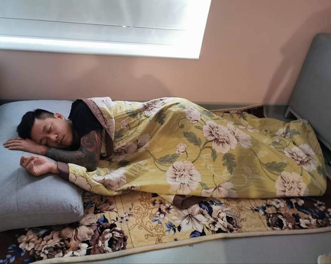 Tuấn Hưng nằm ngủ trên sàn nhà khi chăm vợ sinh lần 3 - Ảnh 3.