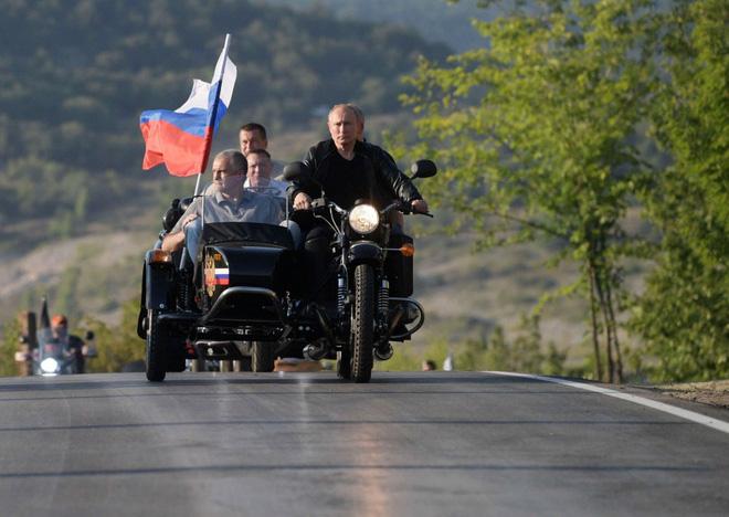 Video: Tổng thống Putin oai vệ lái xe phân khối lớn chở quan chức Crưm dự lễ hội motor  - Ảnh 2.