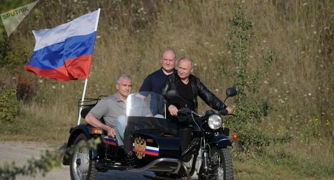 Video: Tổng thống Putin oai vệ lái xe phân khối lớn chở quan chức Crưm dự lễ hội motor  - Ảnh 3.