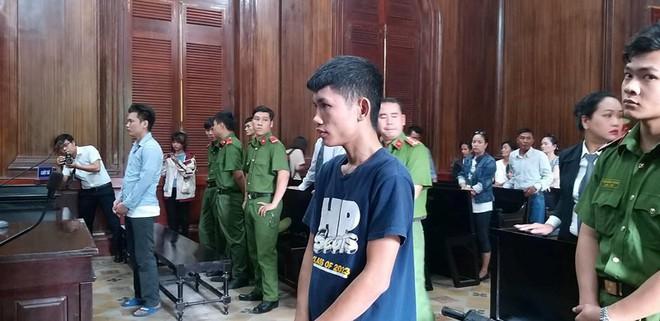 Thanh niên dùng dao đâm xuyên hàng rào sắt giết người - Ảnh 1.