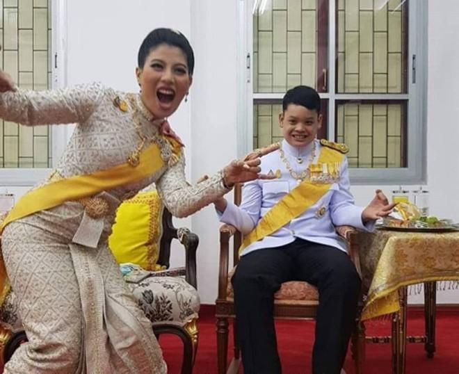 Hoàng tử Thái Lan từng quỳ lạy tiễn biệt mẹ giờ ra sao khi xuất hiện thêm hai người mẹ kế? - Ảnh 3.