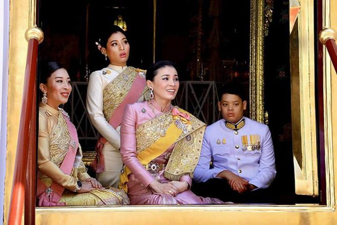 Hoàng tử Thái Lan từng quỳ lạy tiễn biệt mẹ giờ ra sao khi xuất hiện thêm hai người mẹ kế? - Ảnh 8.