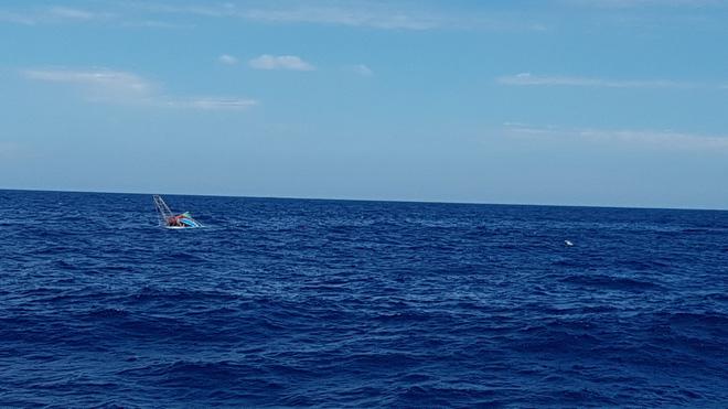 Tàu Kiểm ngư Việt Nam cứu nạn ngư dân ở vùng biển Hoàng Sa - Ảnh 1.