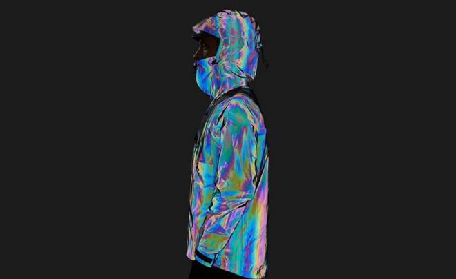 Độc đáo chiếc áo khoác có thể biến đổi màu sắc vô cùng ảo diệu giống loài mực - Ảnh 1.