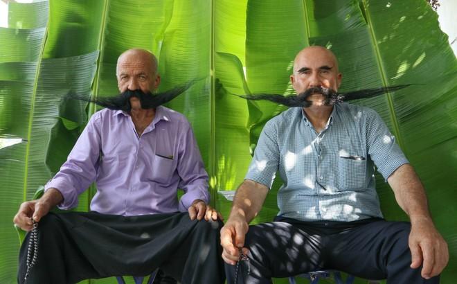 Nuôi 20 năm không cạo, 2 người đàn ông tạo ra 2 bộ râu ấn tượng