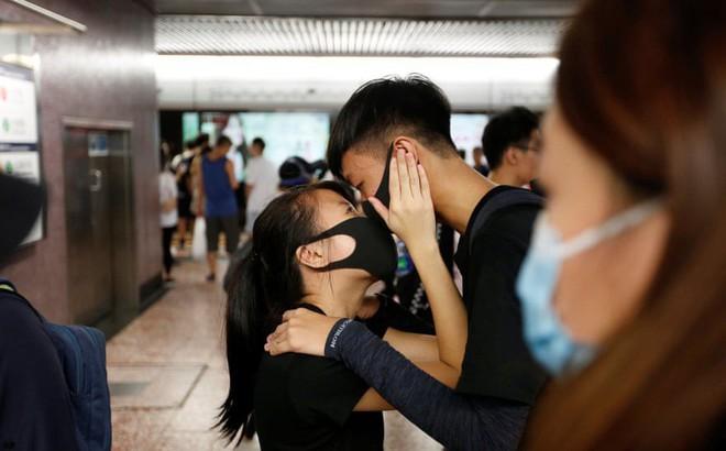 24h qua ảnh: Người biểu tình Hong Kong bịt mặt ôm hôn nhau