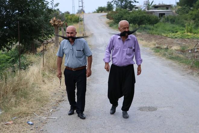 Nuôi 20 năm không cạo, 2 người đàn ông tạo ra 2 bộ râu ấn tượng - Ảnh 4.