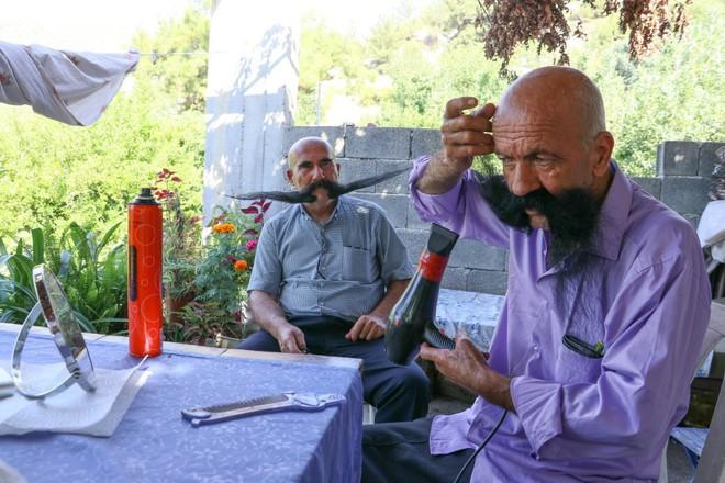 Nuôi 20 năm không cạo, 2 người đàn ông tạo ra 2 bộ râu ấn tượng - Ảnh 6.