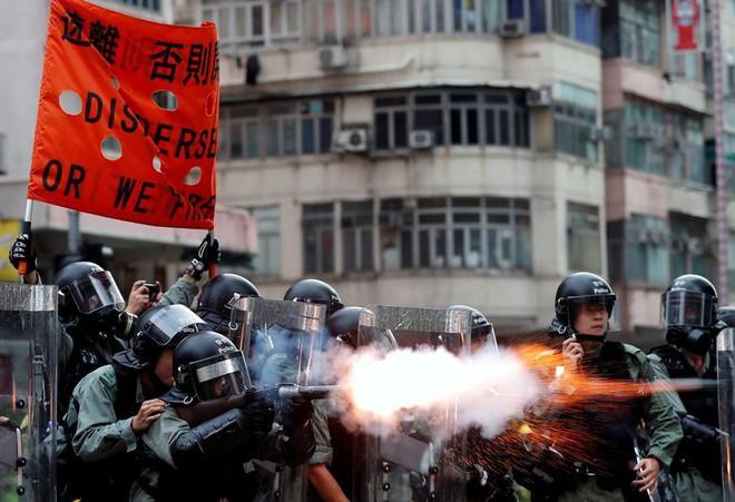24h qua ảnh: Người biểu tình Hong Kong bịt mặt ôm hôn nhau - Ảnh 7.
