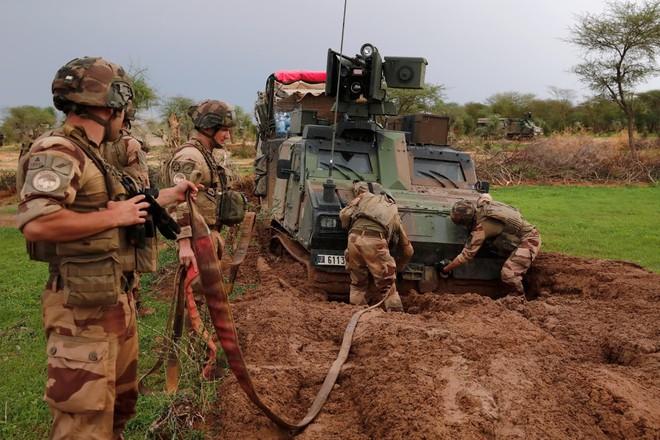 Cuộc phiêu lưu quân sự của Pháp tại Mali: Sa chân trong bùn lầy, sợ hãi và thù địch? - Ảnh 1.