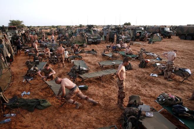 Cuộc phiêu lưu quân sự của Pháp tại Mali: Sa chân trong bùn lầy, sợ hãi và thù địch? - Ảnh 3.